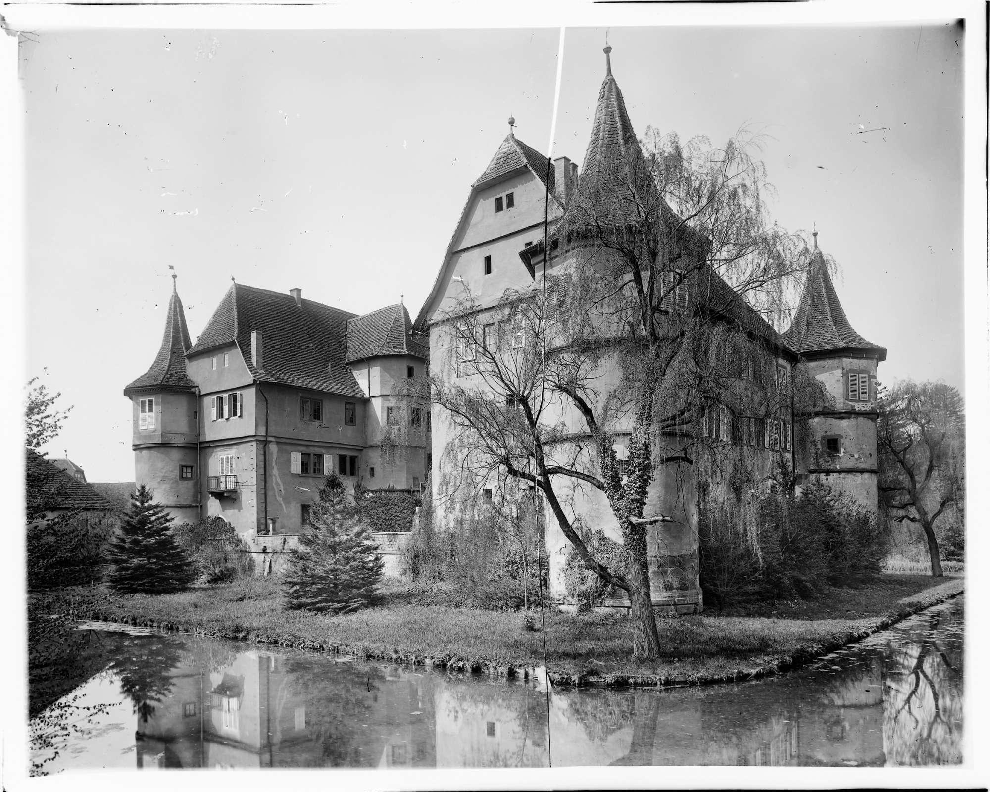 Menzingen Wasserschloss Gesamtansicht von Nordosten, Bild 1