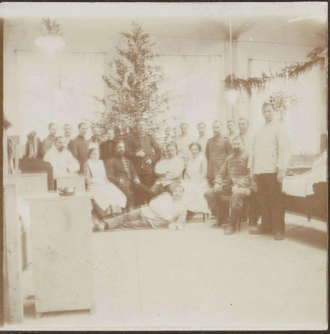 Weihnachtsbaum mit Krankenschwestern, Uniformierten und Verwundeten., Bild 1