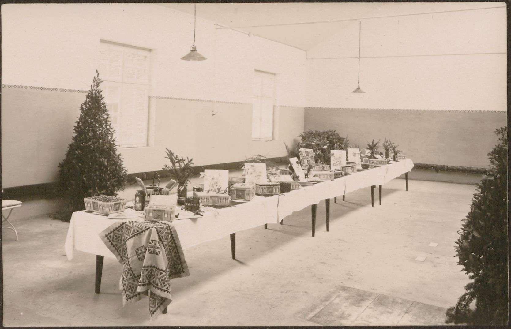 Tisch mit Arbeiten von Verwundeten., Bild 1
