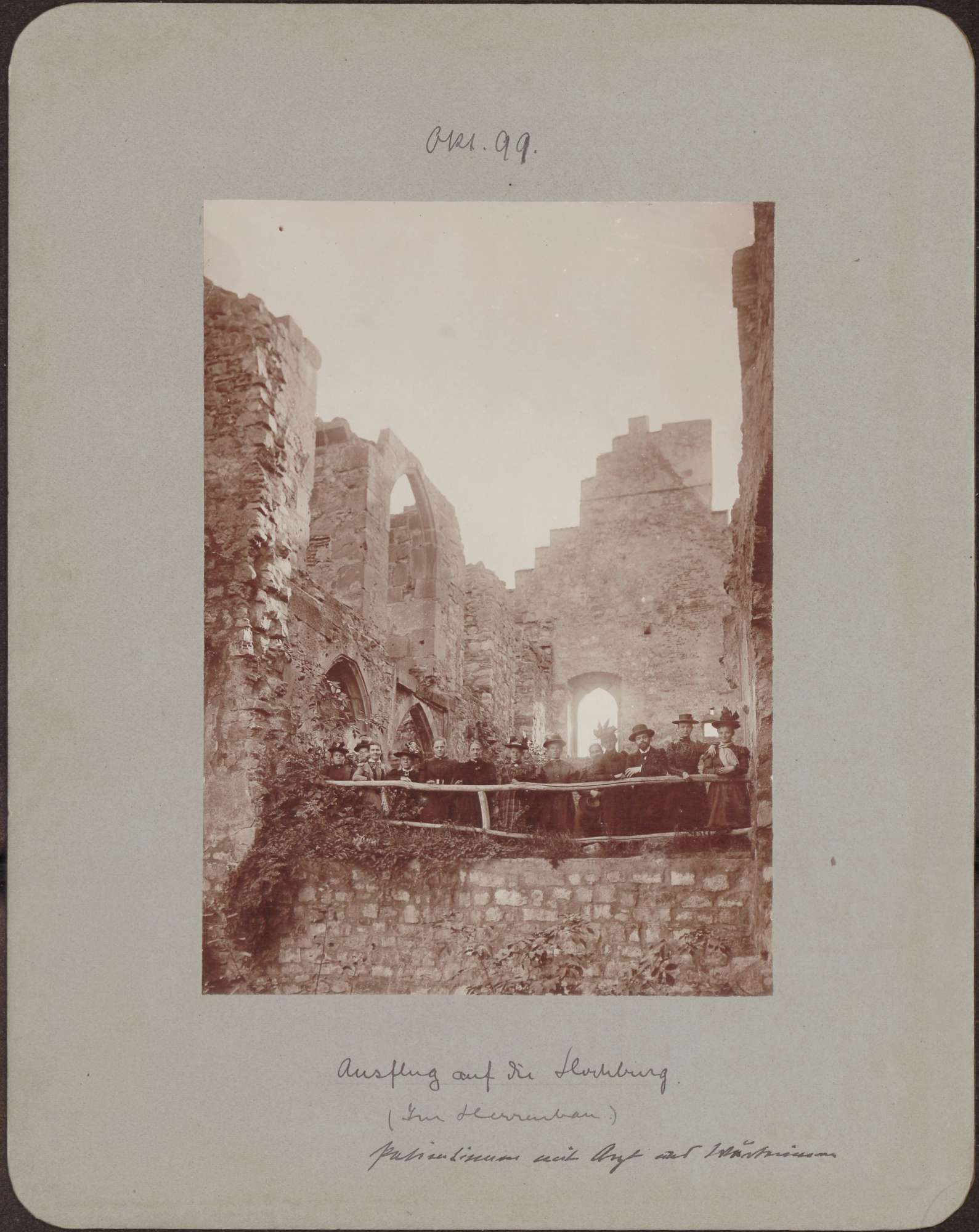 Ruine Hochburg, Herrenbau, Patientinnen, Arzt und Pflegerinnen., Bild 1