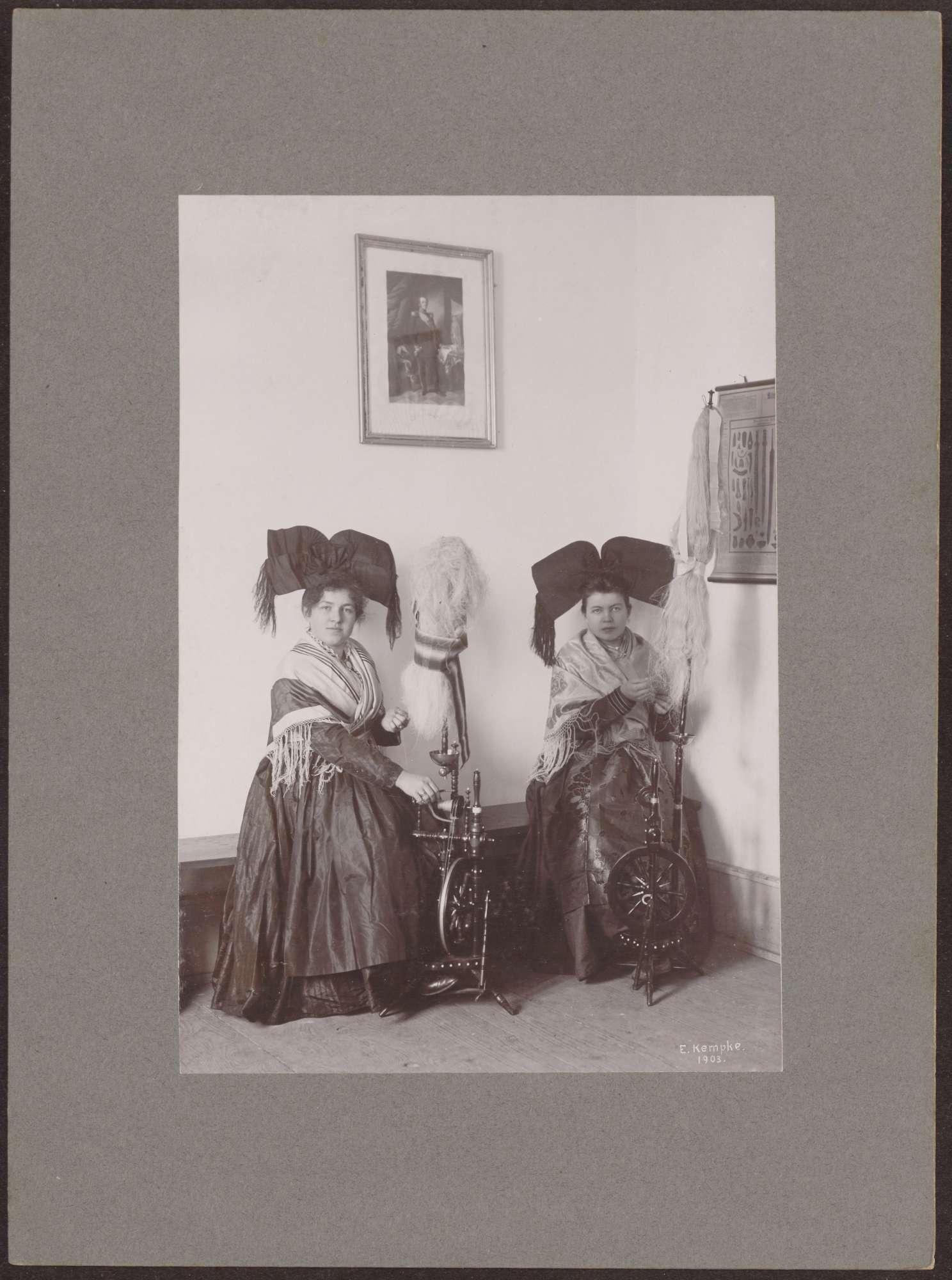 Zwei Spinnerinnen aus Grunern in Breisgauer Tracht., Bild 1