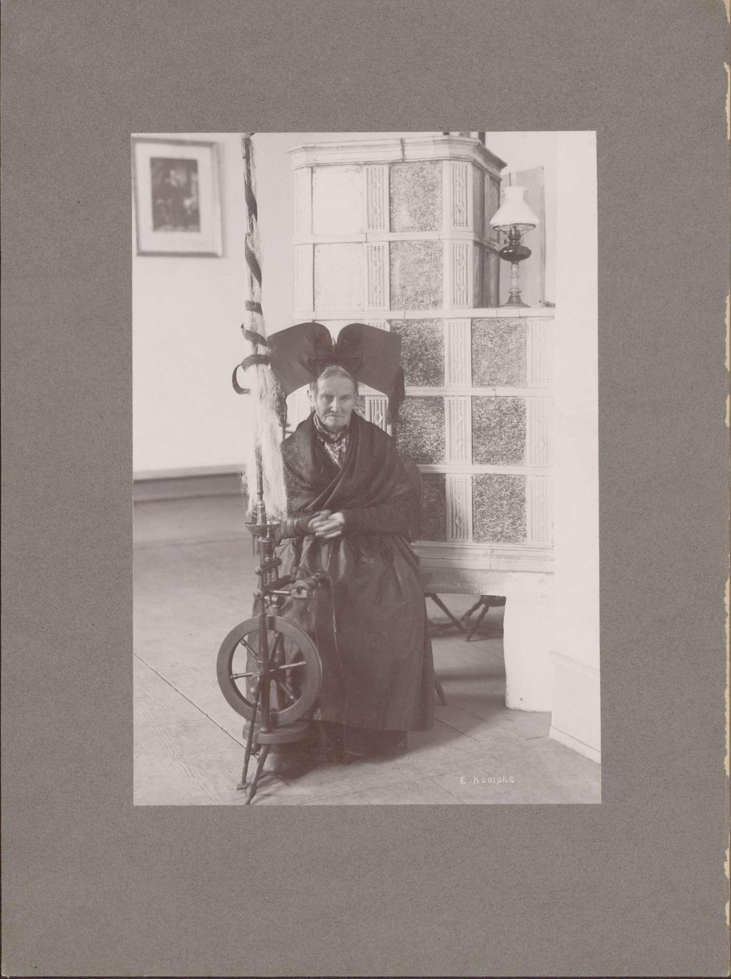 """""""Die älteste Spinnerin aus Grunern mit einem Spinnrad aus dem Jahre 1840""""., Bild 1"""