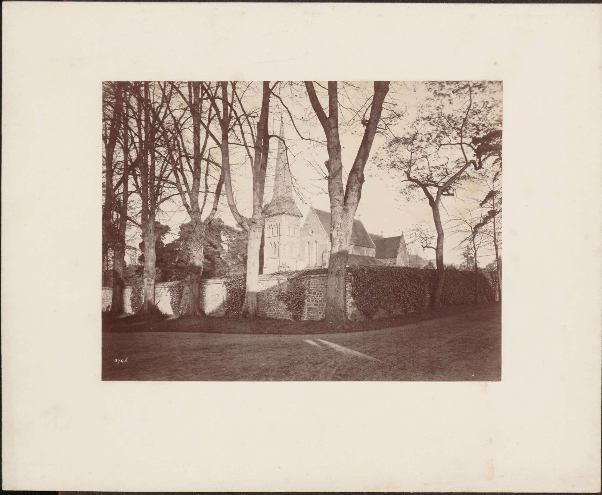Dorfkirche, von Mauer eingefriedet, Bild 1