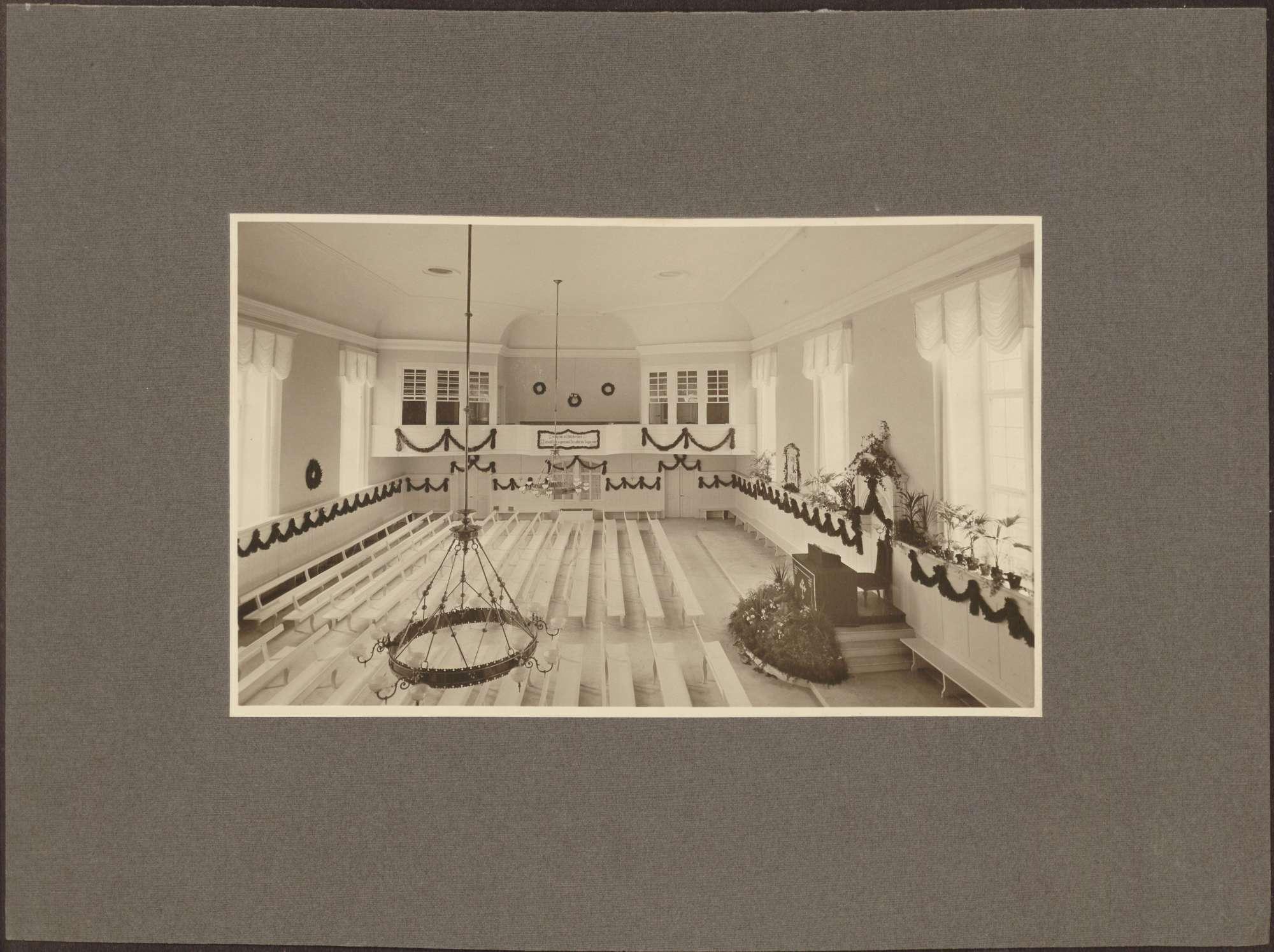 """""""Leutsaal der Brüdergemeine Königsfeld, geschmückt zum 100jährigen Jubiläum 1912""""., Bild 1"""