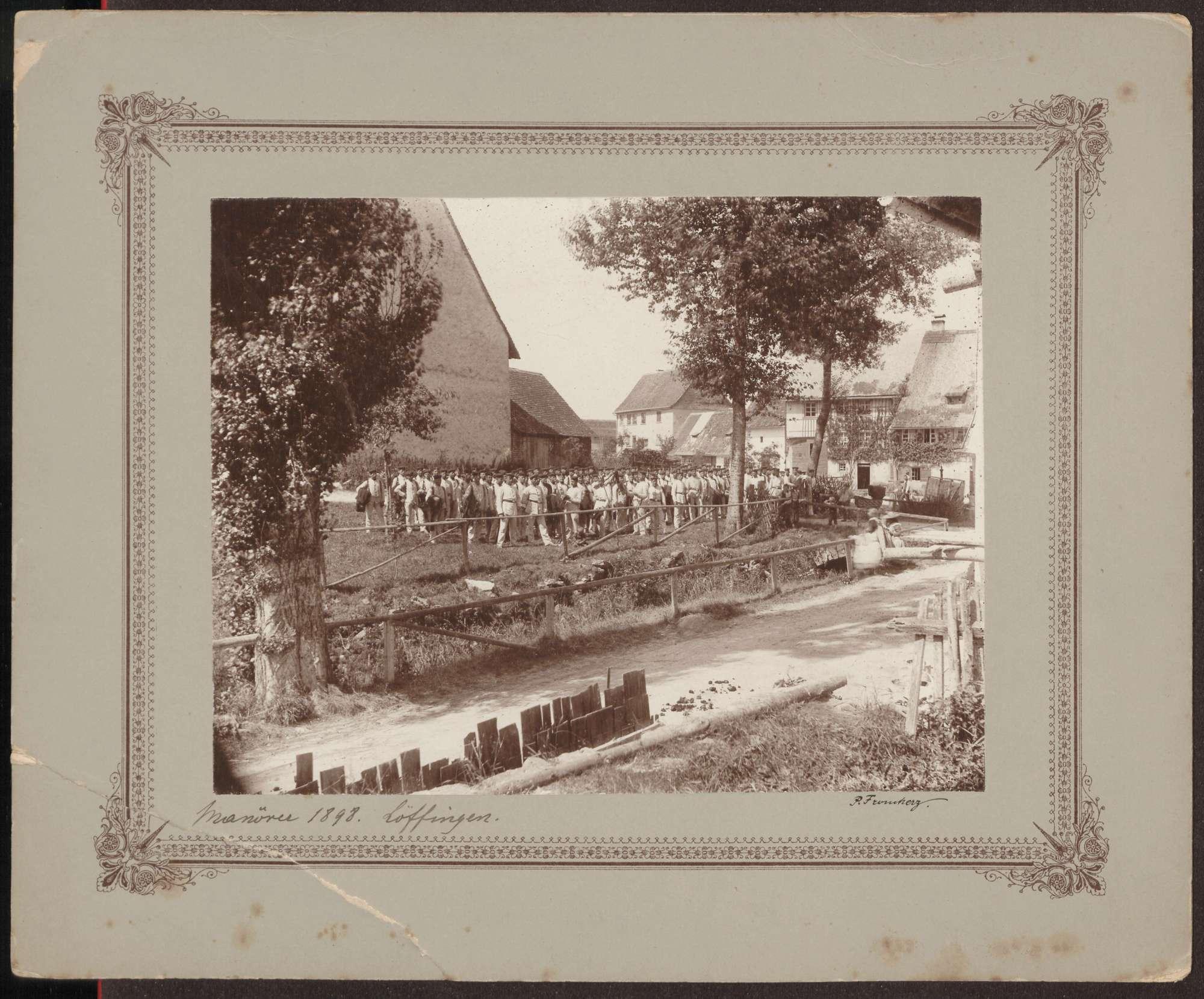 Auf Dorfplatz versammmelte Uniformierte., Bild 1