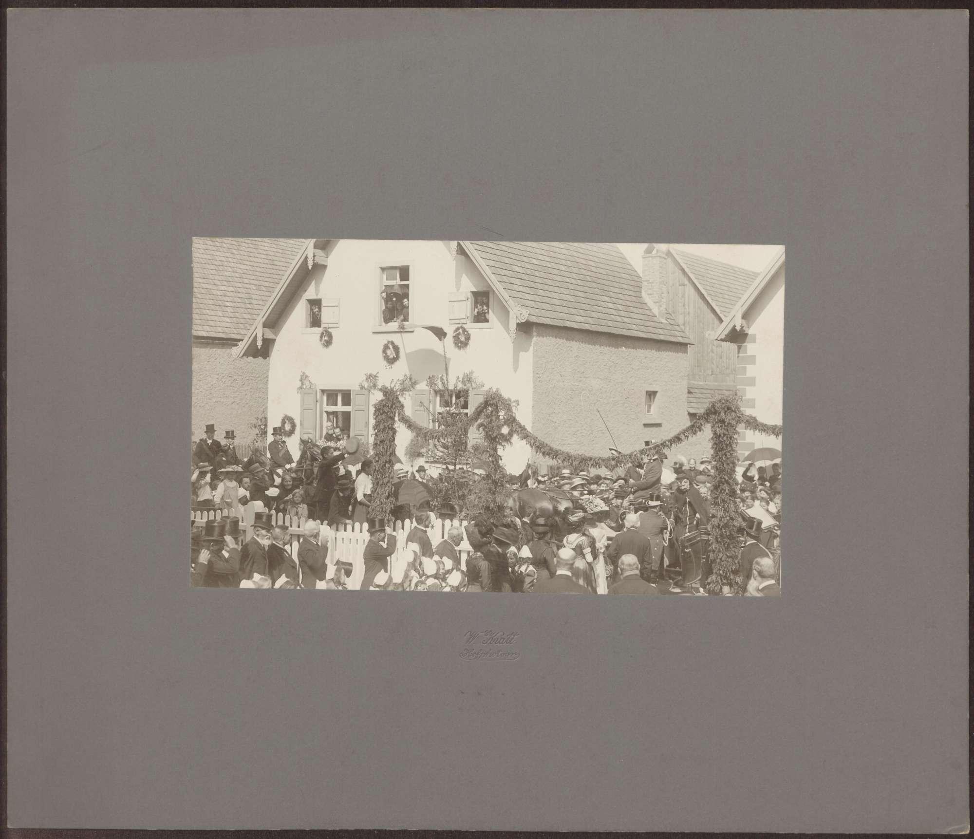 Großherzoginnen Luise und Hilda in Menschenmenge bei offener Kutsche., Bild 1