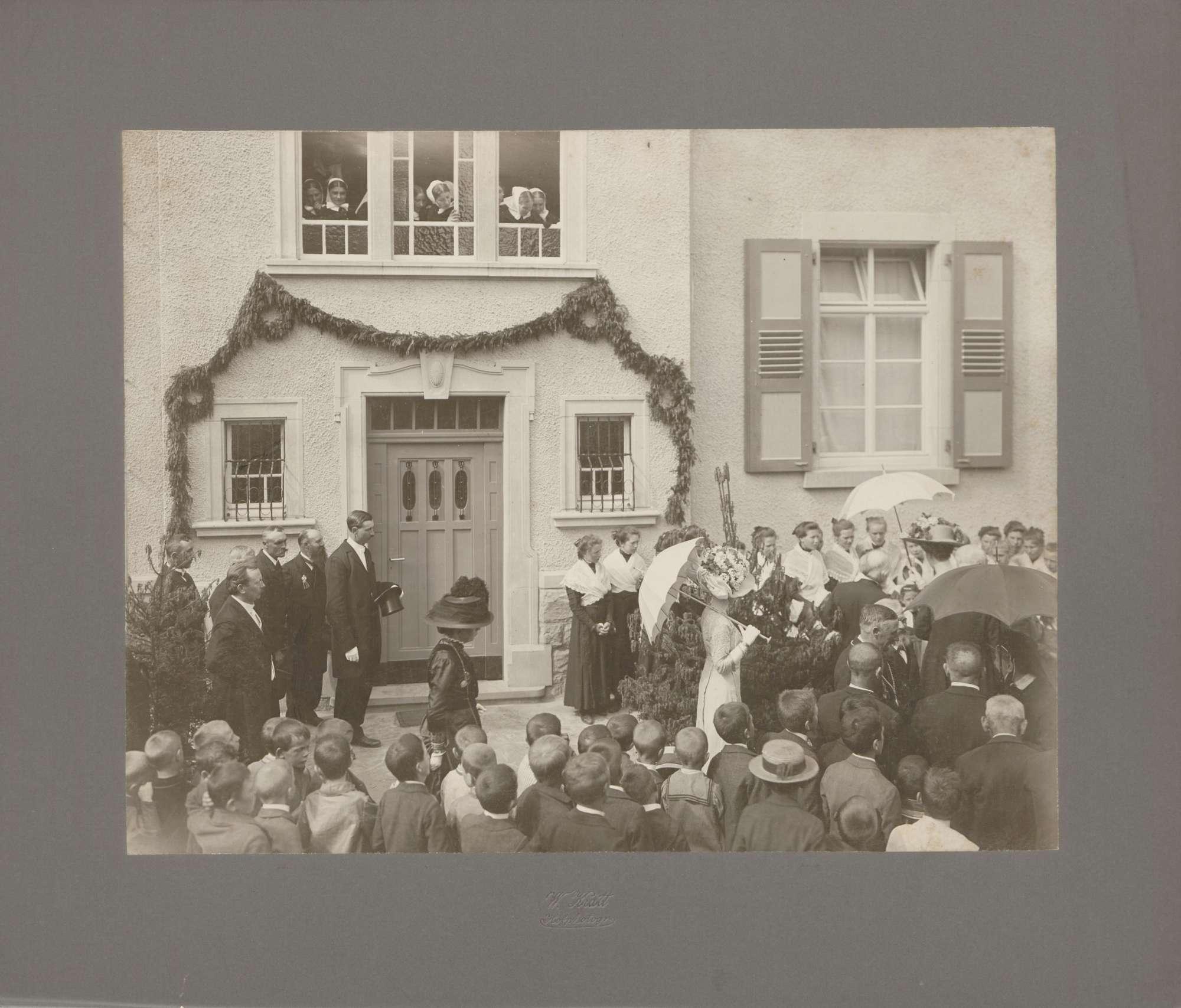 Großherzoginnen Luise und Hilda in Menschenmenge vor geschmücktem Heim., Bild 1
