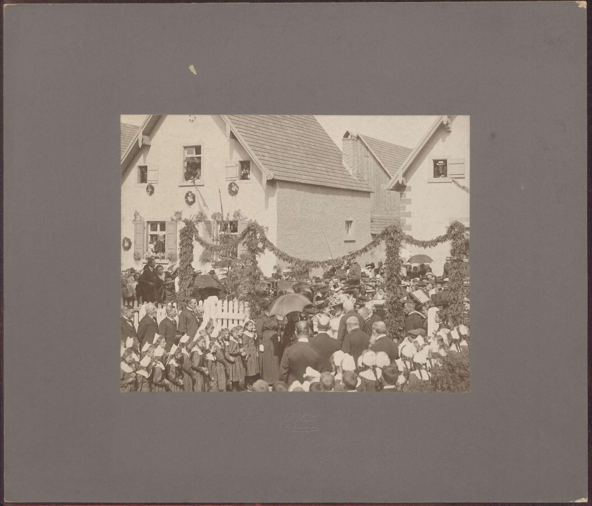 Großherzoginnen Luise und Hilda in Menschenmenge., Bild 1
