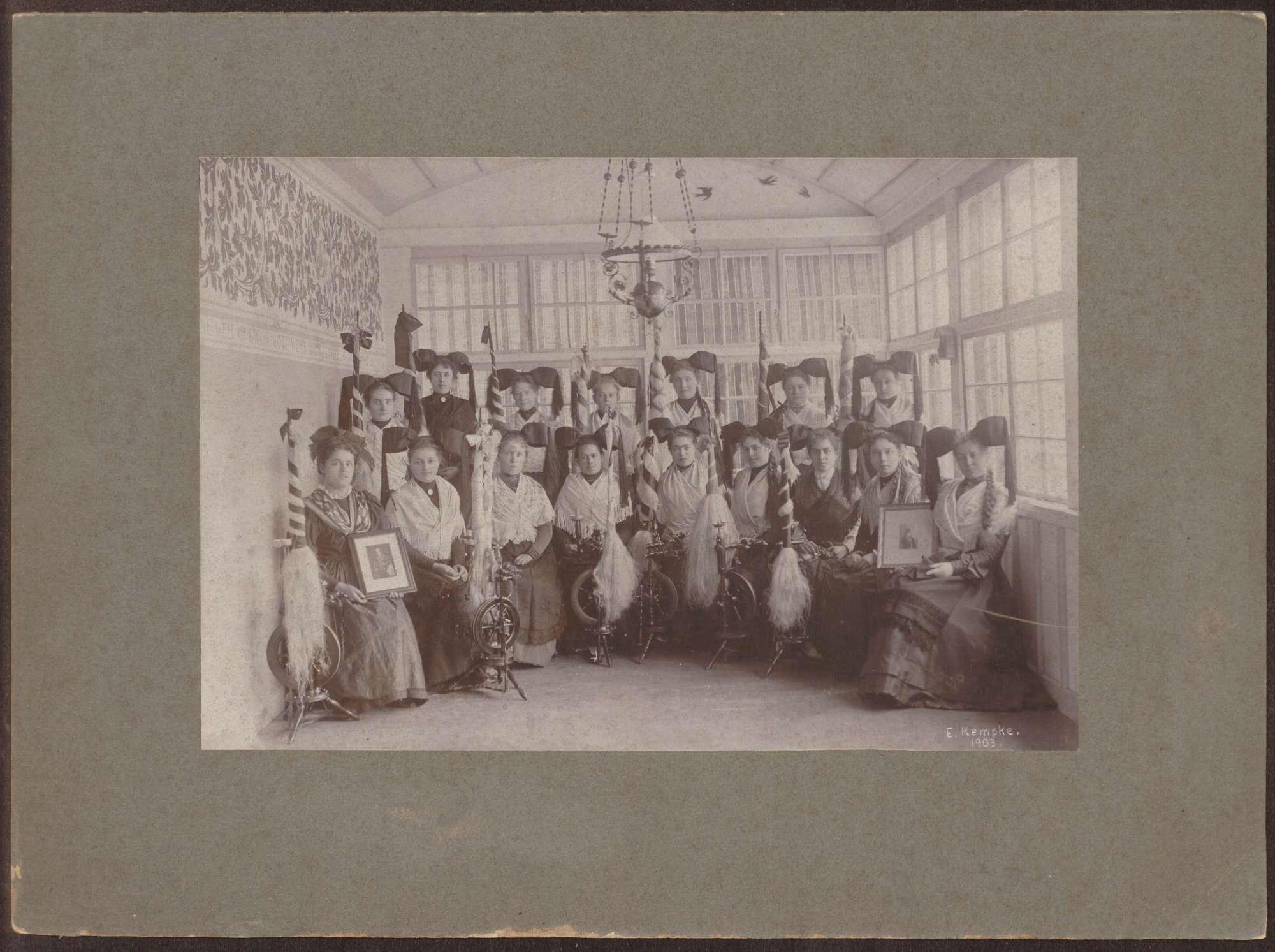 Spinnerinnen aus Staufen in Markgräfler Tracht., Bild 1