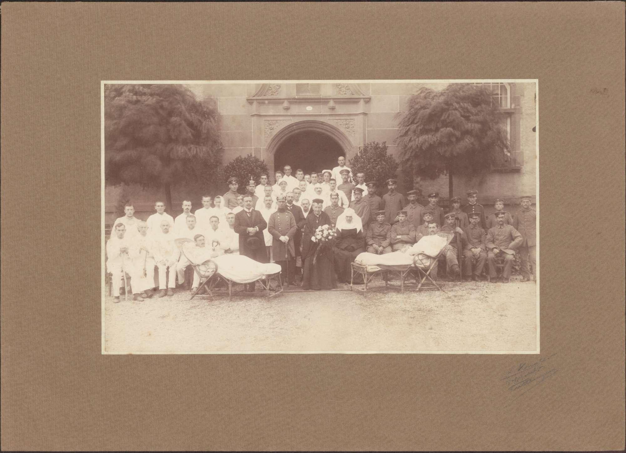 Radolfzell, Vereinslazarett, Großherzogin Luise mit Verwundeten und Pflegepersonal., Bild 1