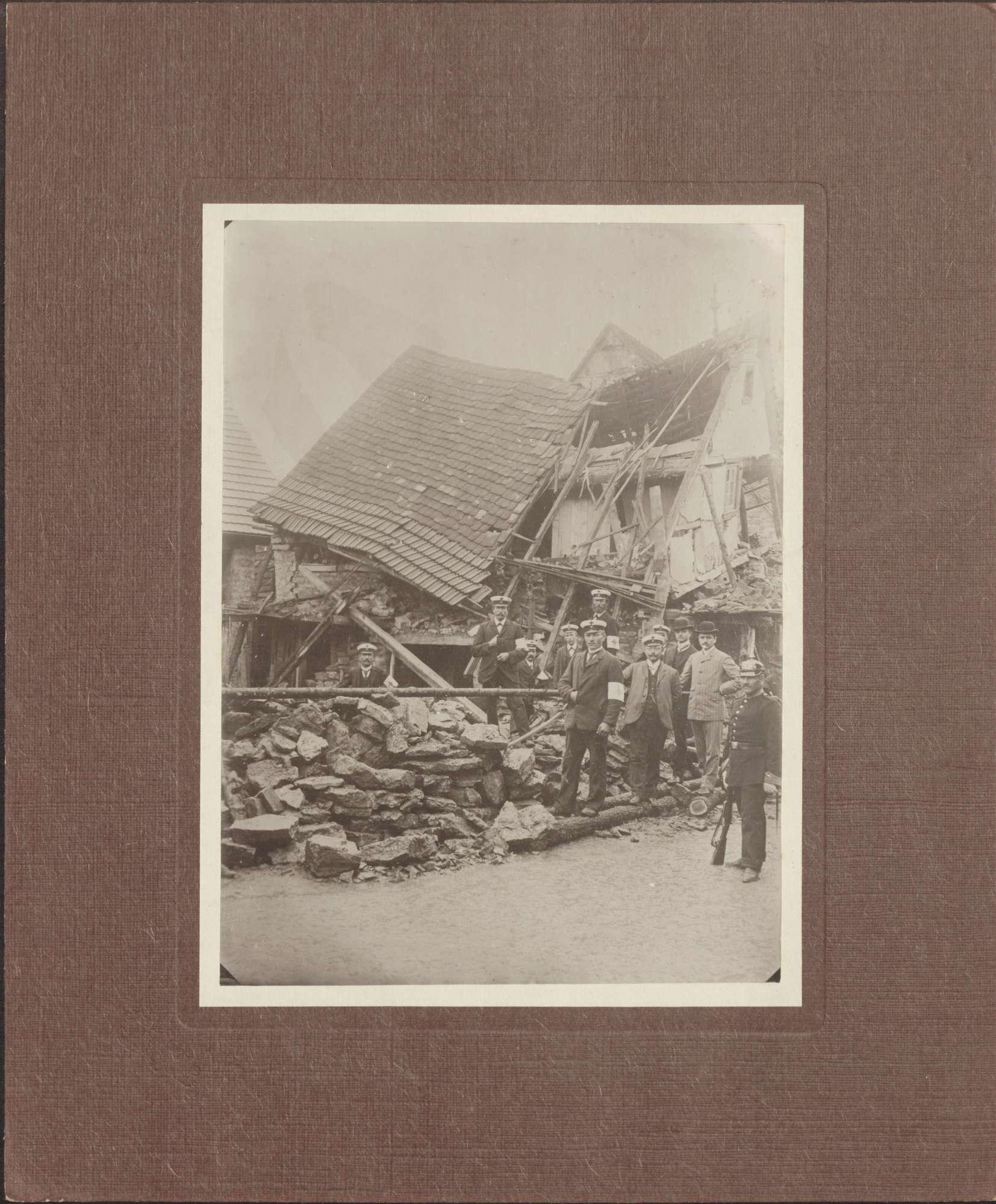 Tauberbischofsheim, Wohnhausruine mit Rot-Kreuz-Helfern., Bild 1