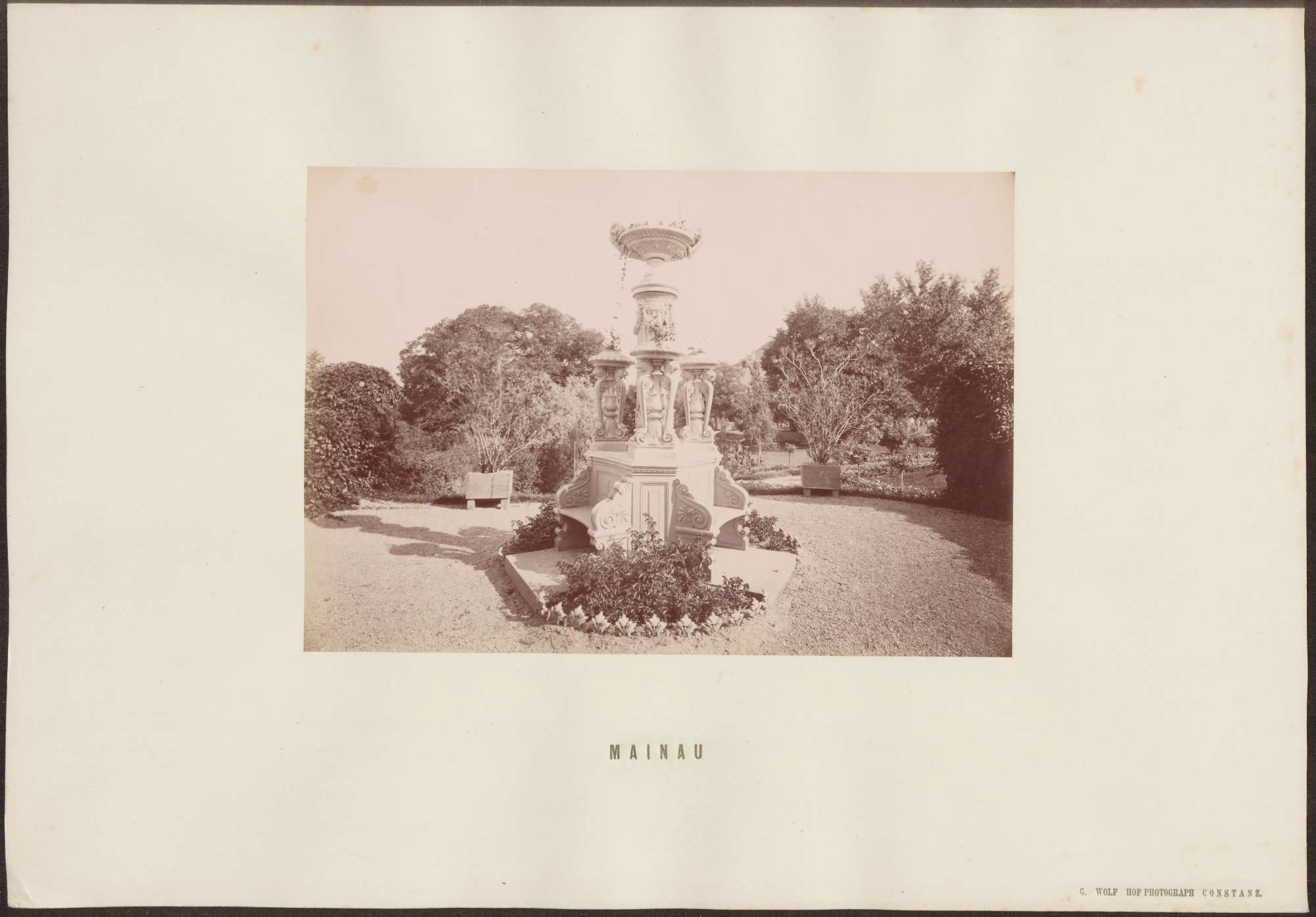 Runder Platz im Park mit Sitzbank., Bild 1