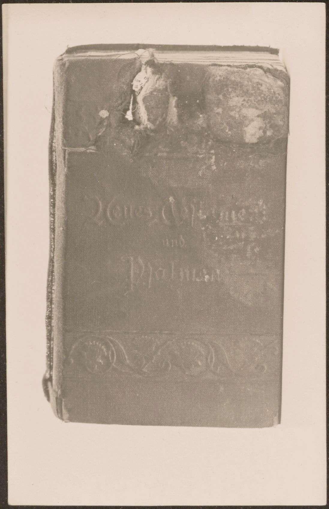 """Buch """"Neues Testament und Psalmen"""" mit Kugeldurchschußloch., Bild 1"""