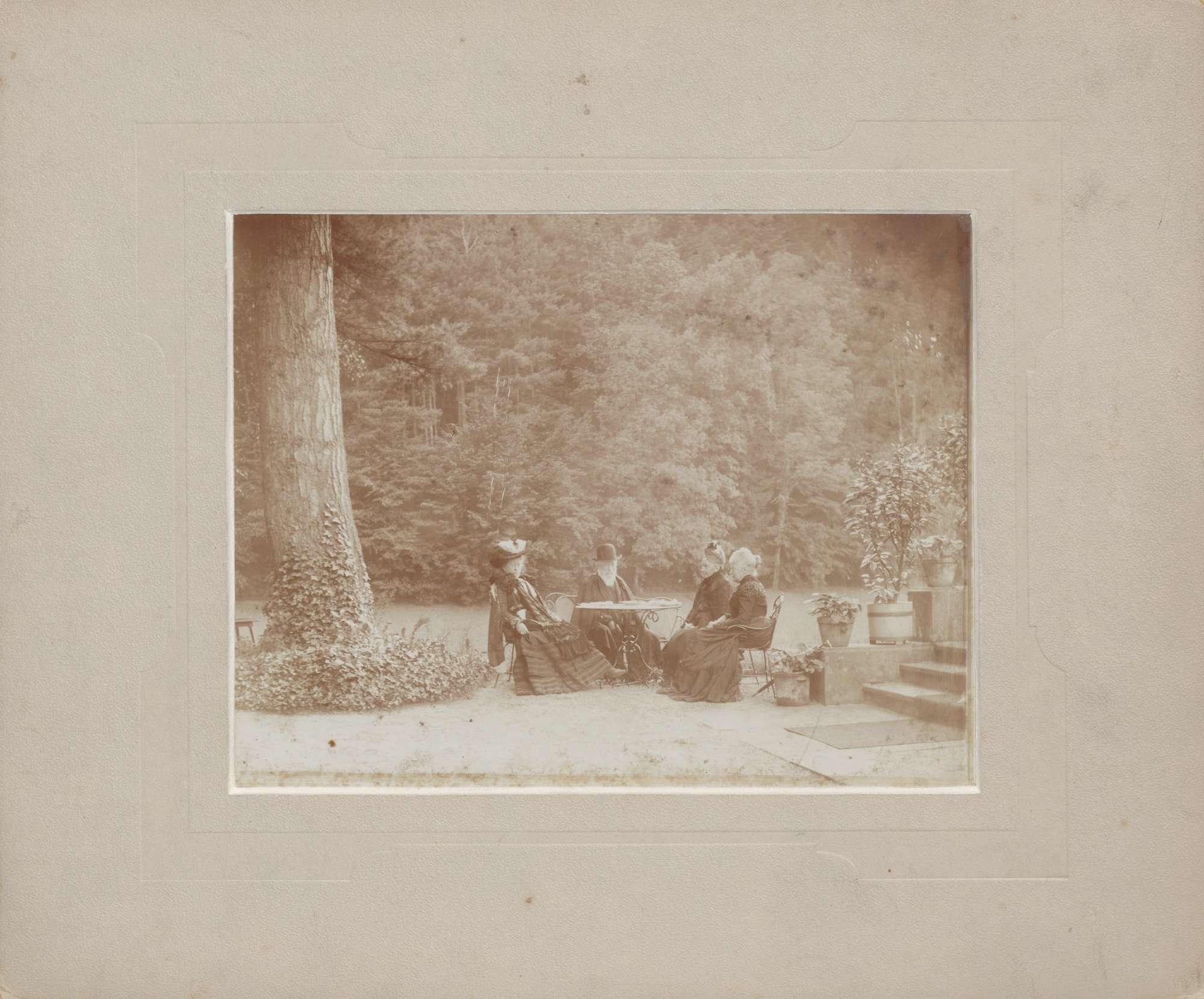 Baden-Baden, Schloßgarten (?), Großherzog Friedrich I., Großherzogin Luise und zwei Hofdamen, in Tischrunde unter Bäumen., Bild 1