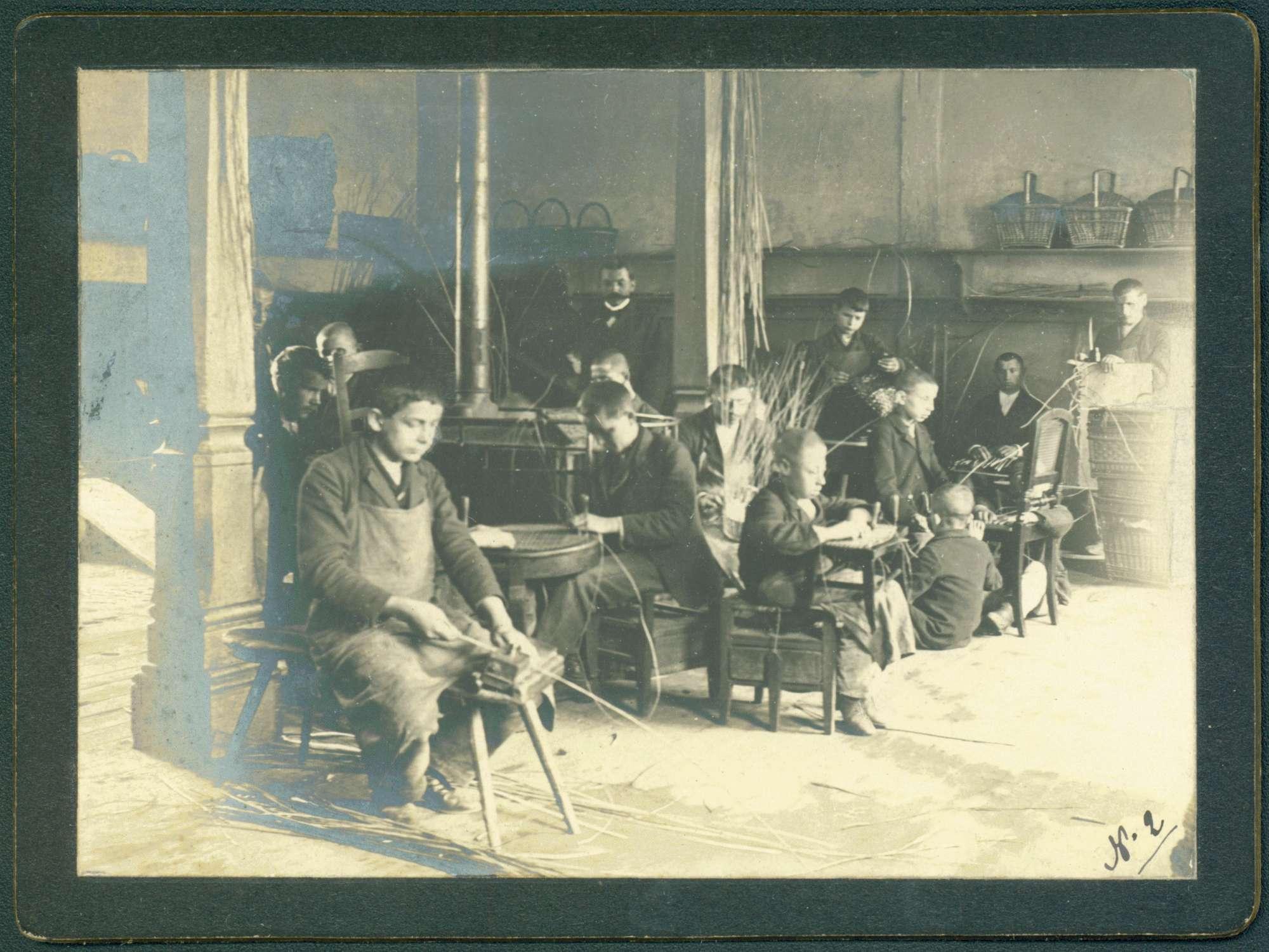 Arbeitsraum, Knaben bei Korbflechtarbeiten., Bild 1