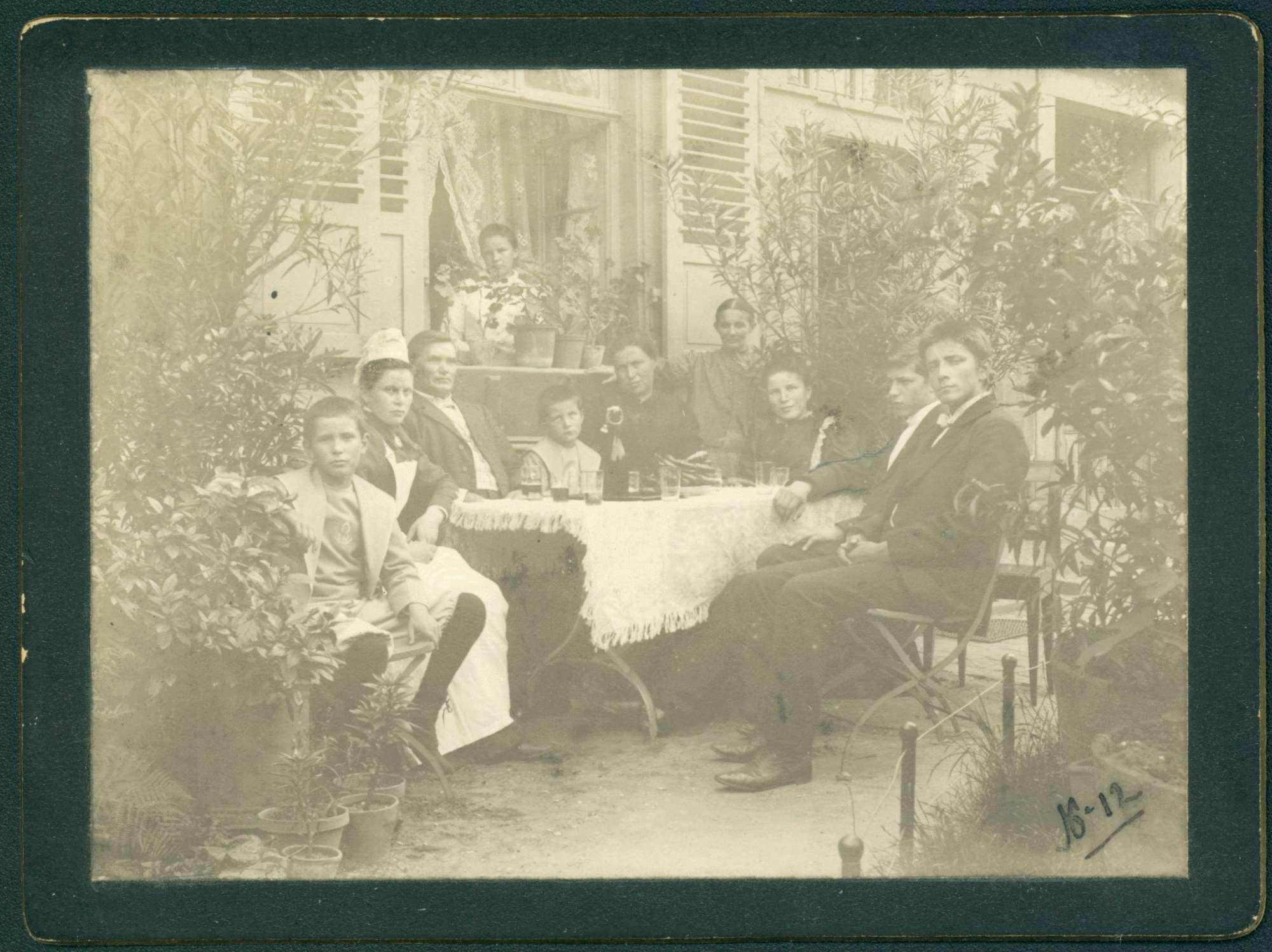 Garten, Gruppe Blinder mit Krankenschwester., Bild 1