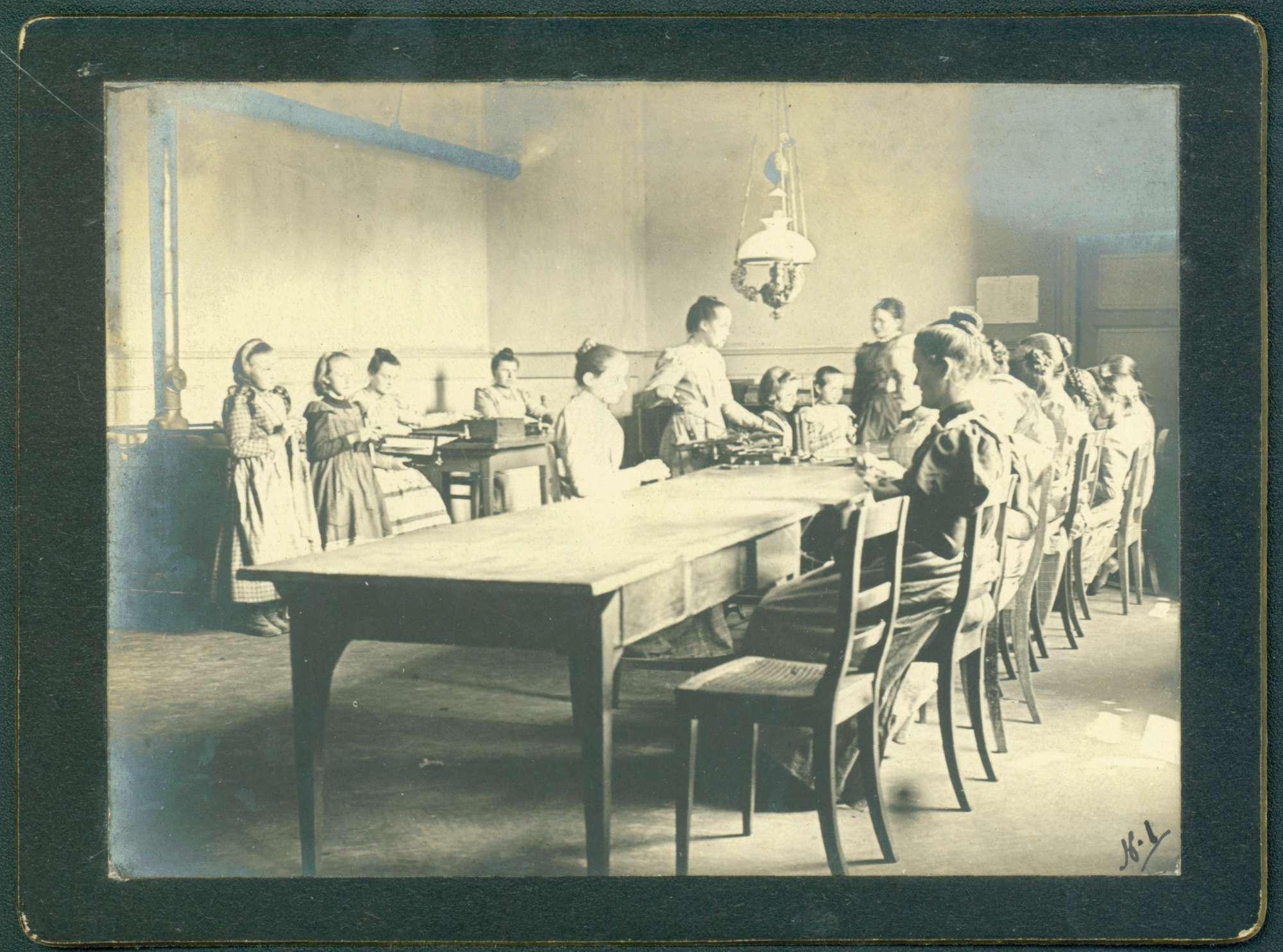 Arbeitsraum, Frauen bei Handarbeiten., Bild 1