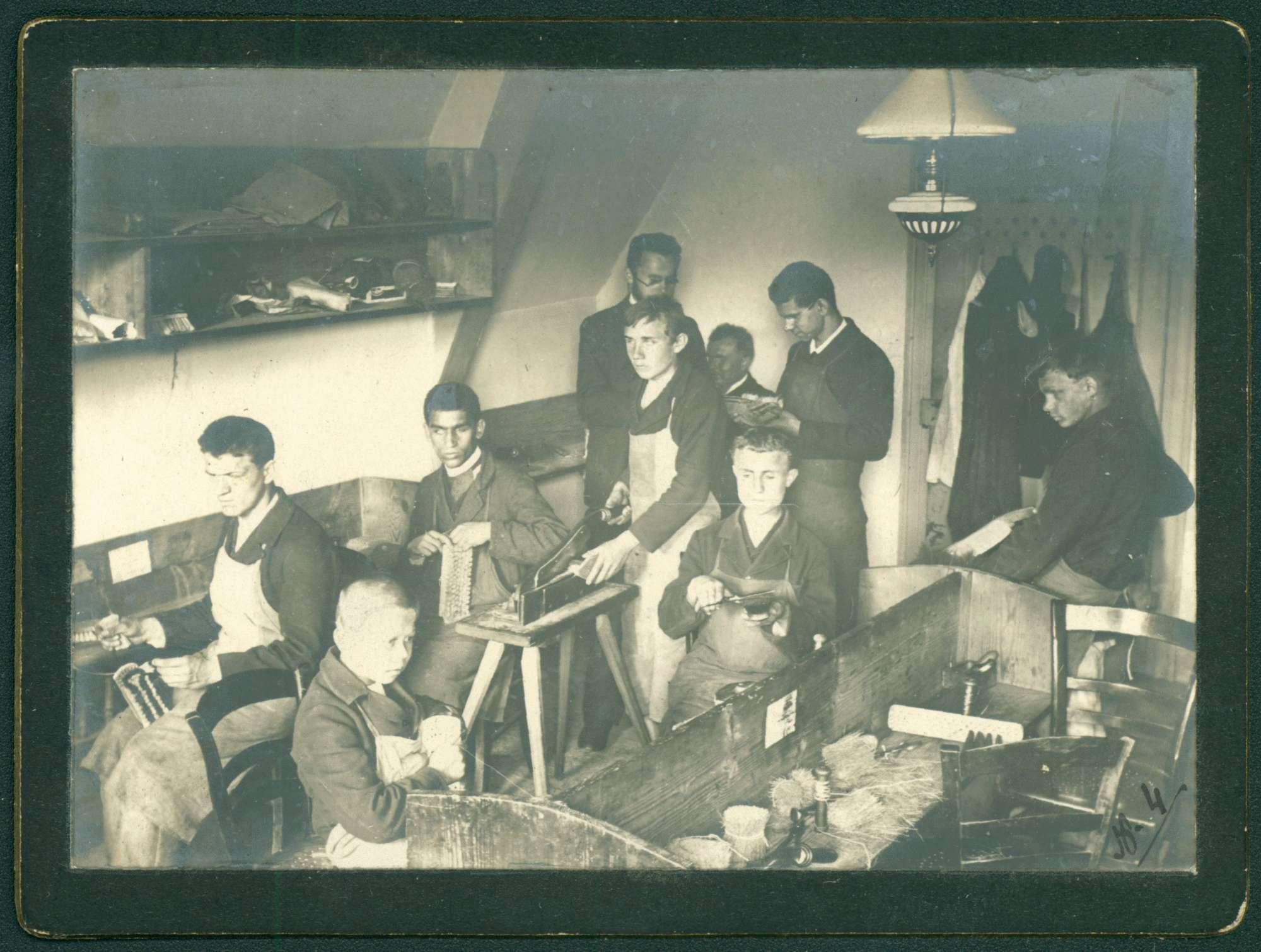 Arbeitsraum, Männer, bürstenbindend., Bild 1