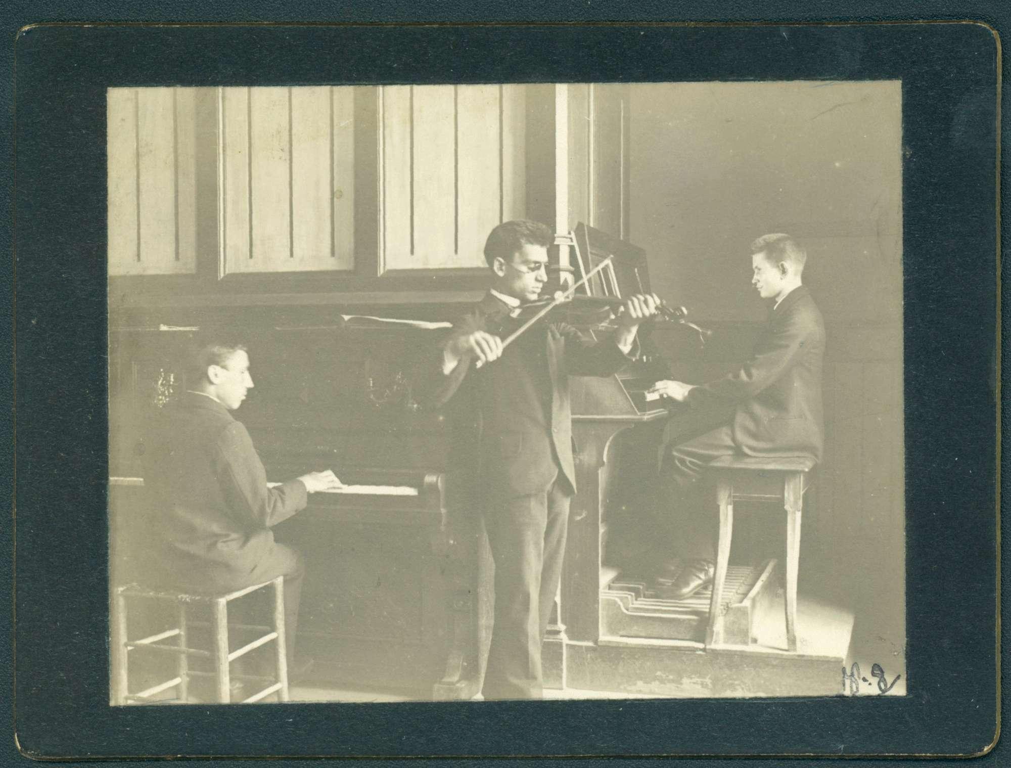 Trio (Klavier, Geige, Harmonium) musizierender Männer., Bild 1