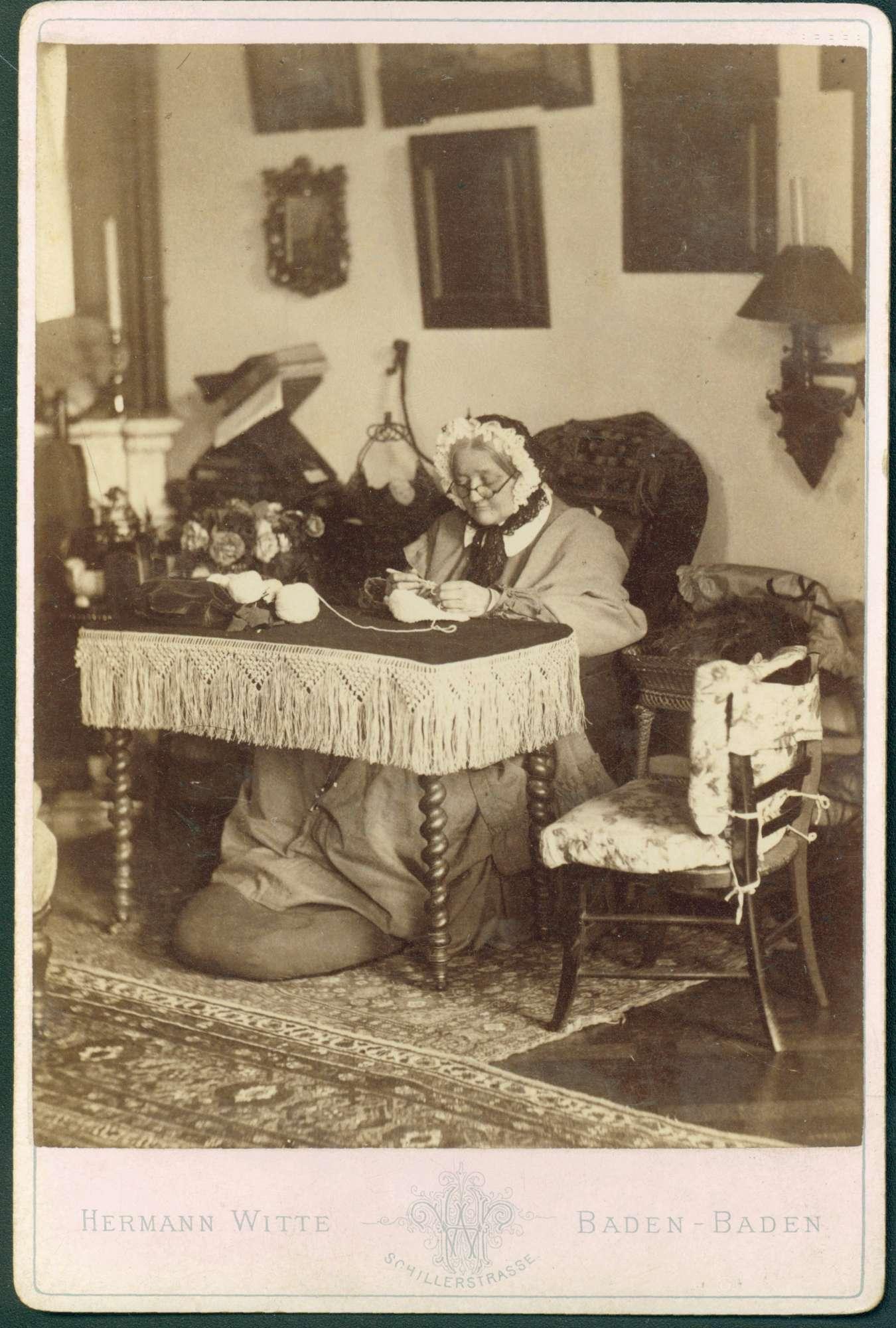Porträt einer Sitzenden bei Handarbeit, 1866 [Quelle: Generallandesarchiv Karlsruhe]