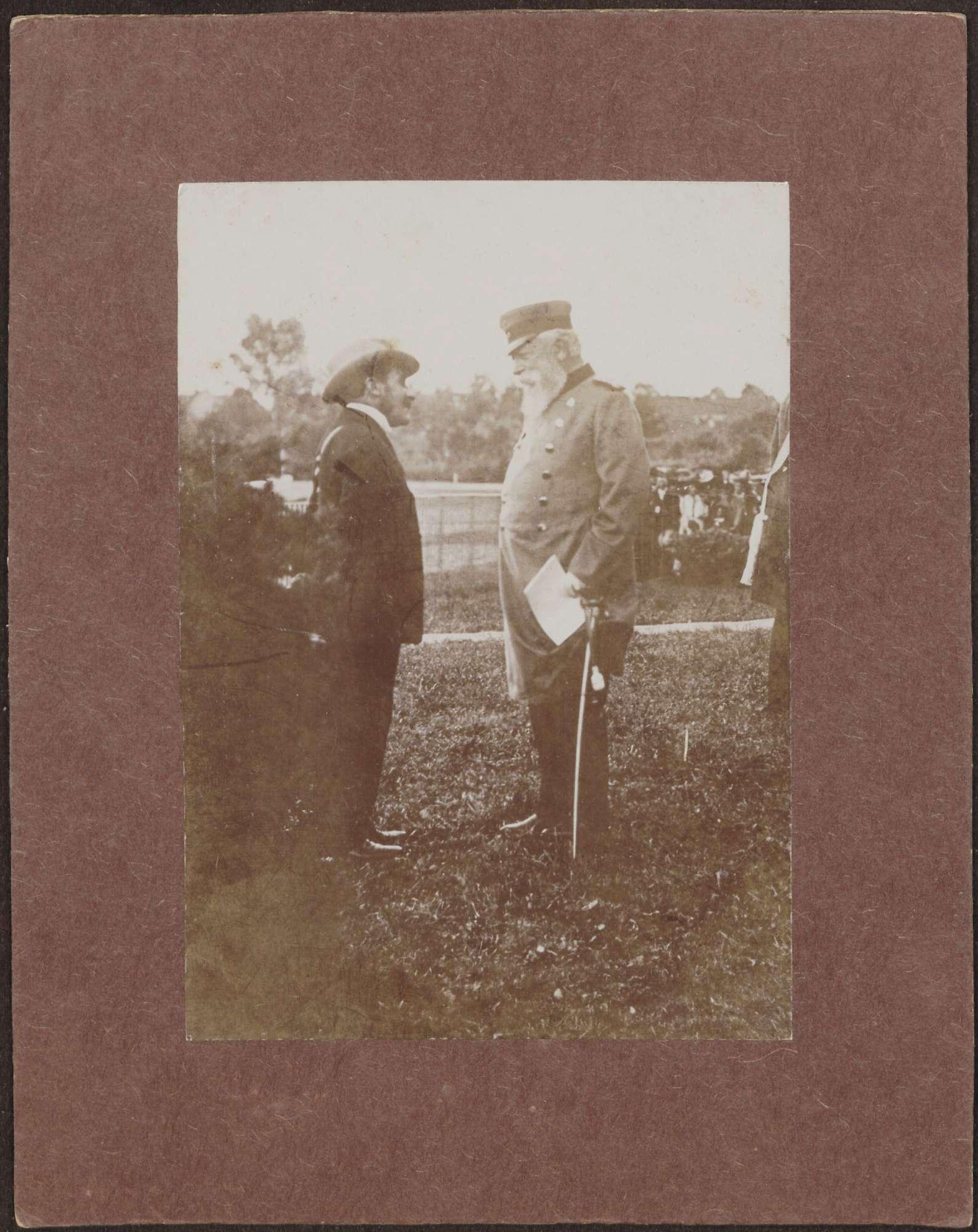 Baden-Baden-Iffezheim (?), Großherzog Friedrich I. im Gespräch mit Aristide Baltazzi, Jockey aus Wien., Bild 1