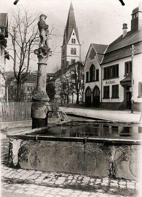 [Gemeindebrunnen mit Rathaus in Wollmatingen], Bild 1