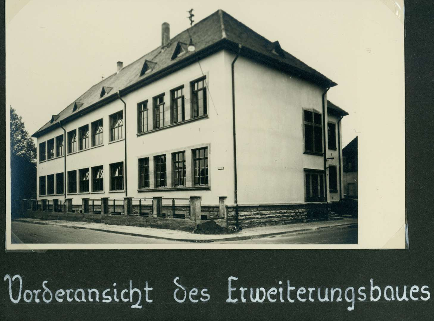 [Schulhausneubau in Brühl:] Vorderansicht des Erweiterungsbaues, Bild 1