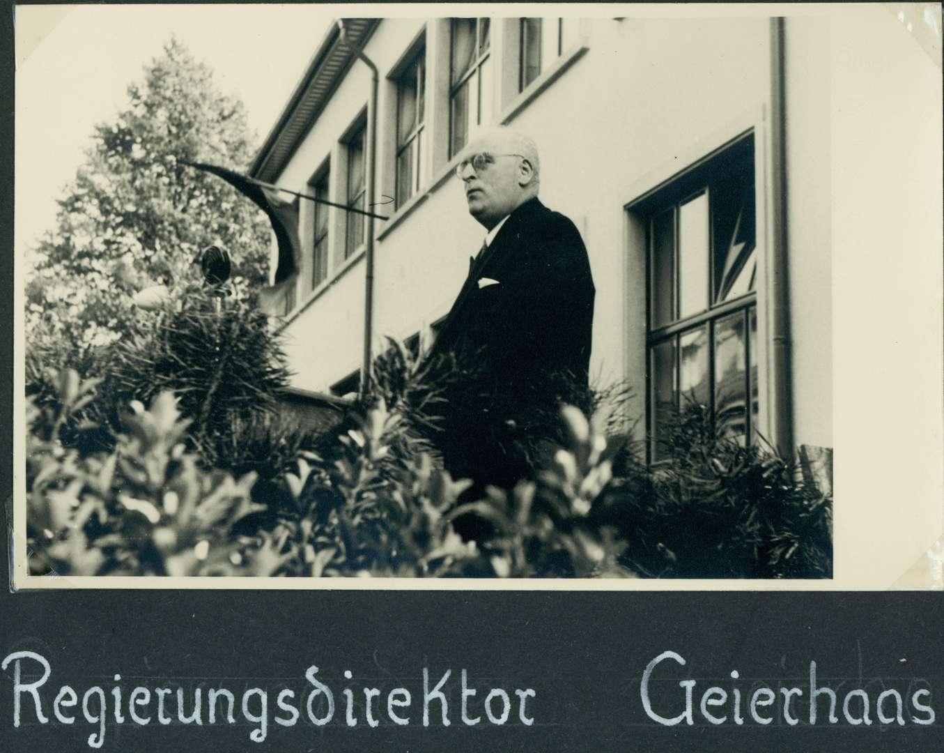 [Schulhausneubau in Brühl: Ansprache von] Regierungsdirektor Geierhaas, Bild 1