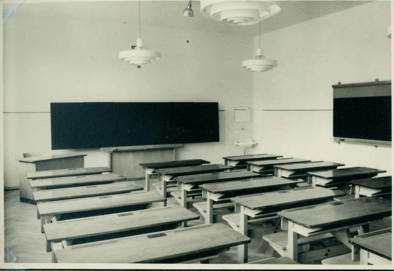 [Schulhausneubau in Brühl:] Saal mit Inneneinrichtung, Bild 1