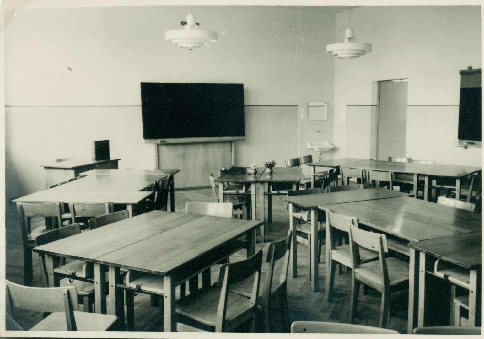 [Schulhausneubau in Brühl:] Saal mit freiem Gestühl, Bild 1