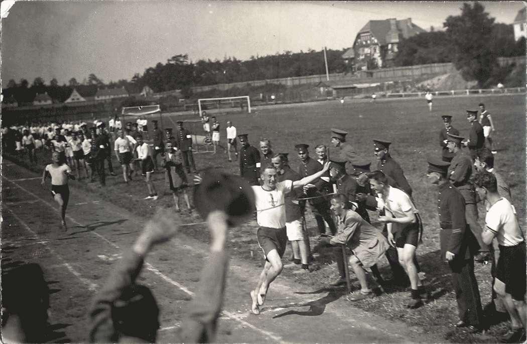 Oberleutnant Heller als Schlußmann der 15 x 100-m-Staffel, Bild 1