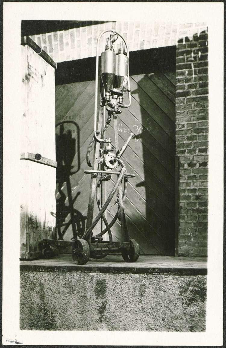 Errichtung einer fahrbaren Zapfstelle vor der mechanischen Werkstätte des Hermann Huck in Mietersheim, Bild 1
