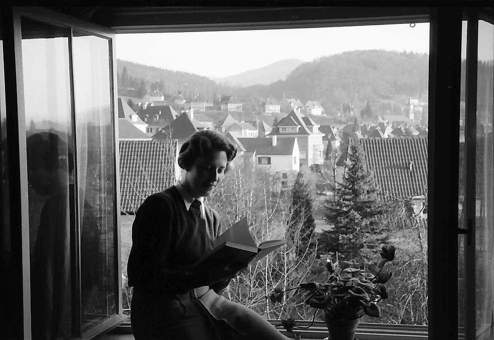 Freiburg i. Br.: Ausblick aus Fenster auf Herdern mit Gräfin Kanitz, Bild 1