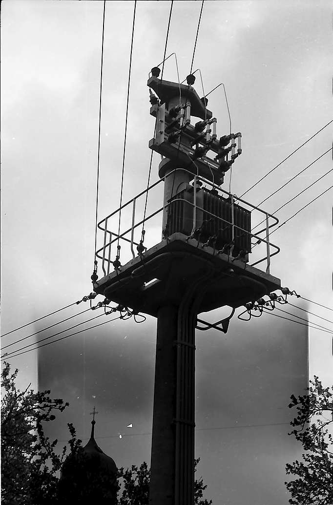 Transformatorenmast beim Kirchturm in Merzhausen, Bild 1
