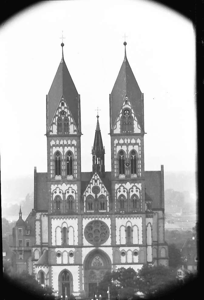 Freiburg i. Br.: Blick vom Turm der Universität auf die Herz-Jesu-Kirche im Stühlinger, Bild 1