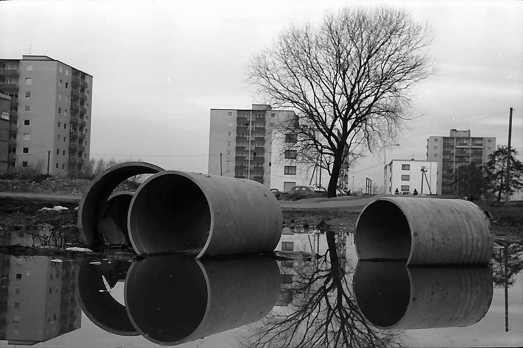 Freiburg i. Br.: Röhren im Schlamm vor der Siedlung in Weingarten, Bild 1