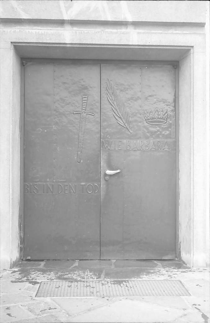 Freiburg i. Br.: Kirche St. Barbara in Littenweiler: Außentür mit Kupferrelief, Bild 1