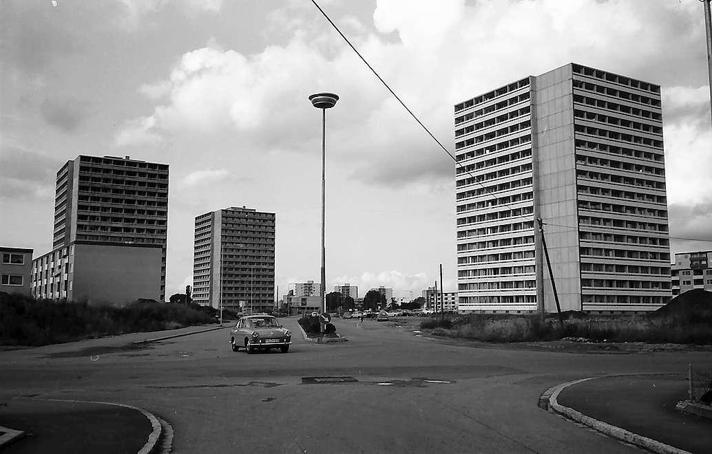 Freiburg i. Br.: Hochhäuser in Weingarten mit Straße im Binzengrün, Bild 1