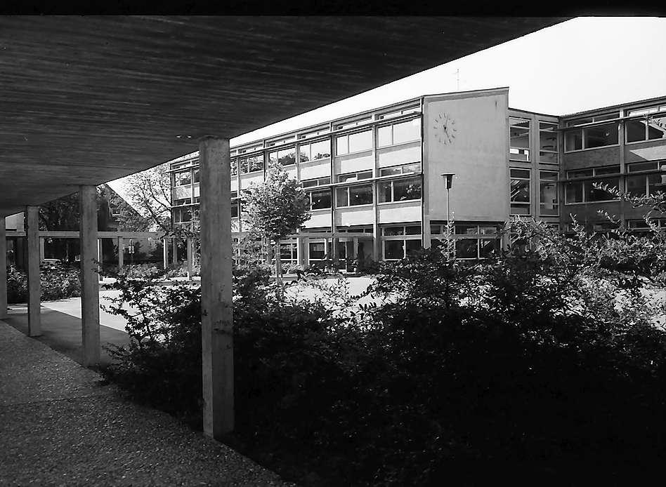 Freiburg i. Br.: Hof der Weiherhofschule in Littenweiler, Bild 1