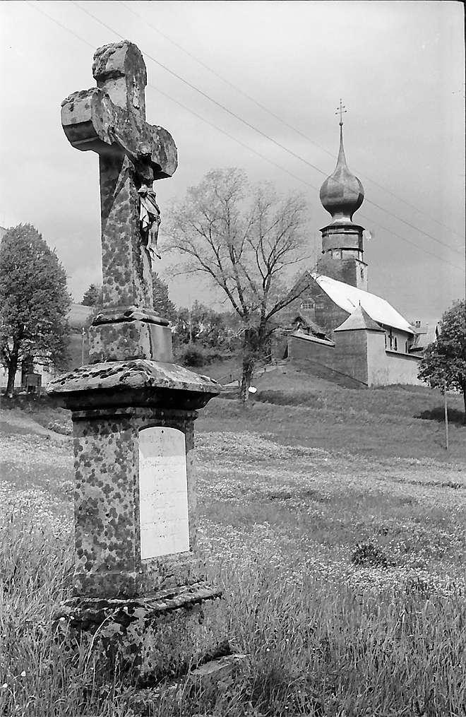 Kirche von Urach mit einem Kreuz im Vordergrund, Bild 1