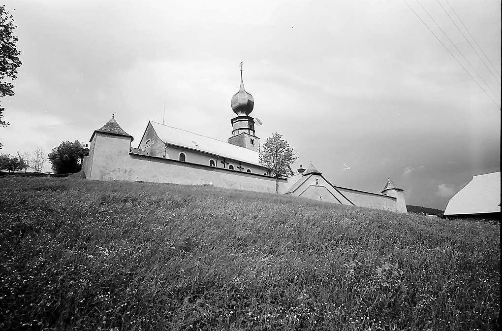 Kirche von Urach mit einer Wiese im Vordergrund, Bild 1