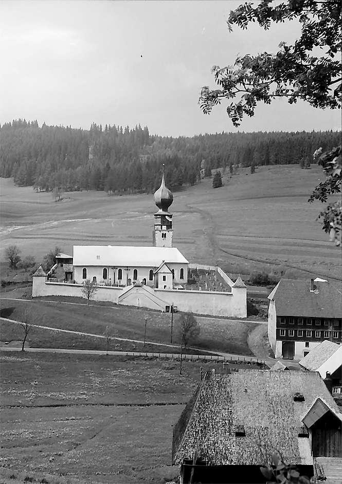 Kirche von Urach mit Häusern, Blick von einem Hügel, Bild 1