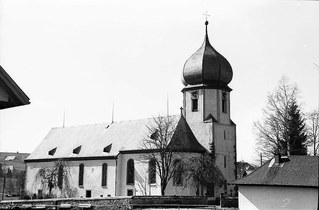 Seitenansicht der Kirche in Hinterzarten, Bild 1