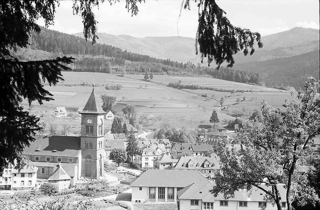 Blick von der Höhe auf Kirche und Ort Elzach, Bild 1