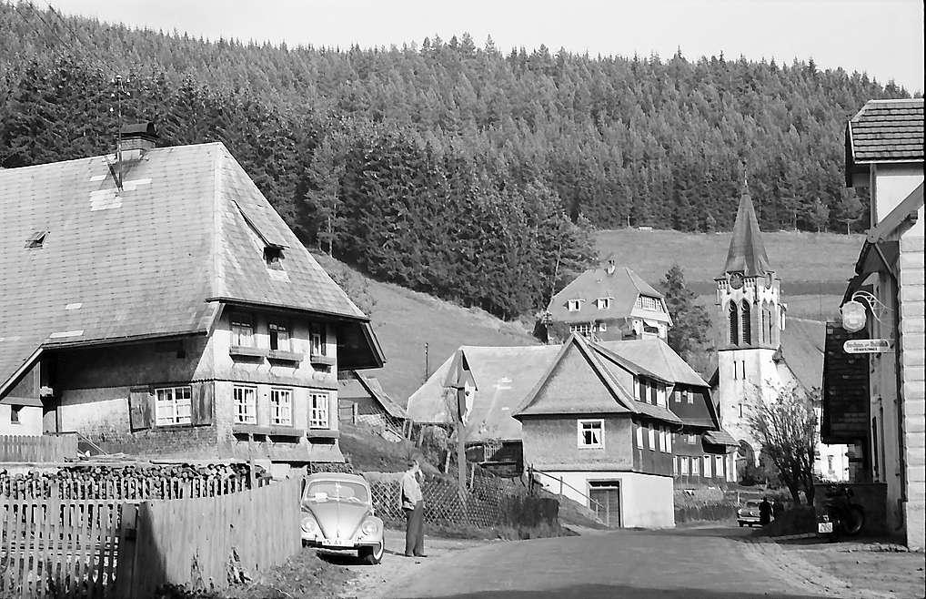 Dorfstraße mit Kirche in Hammereisenbach, Bild 1