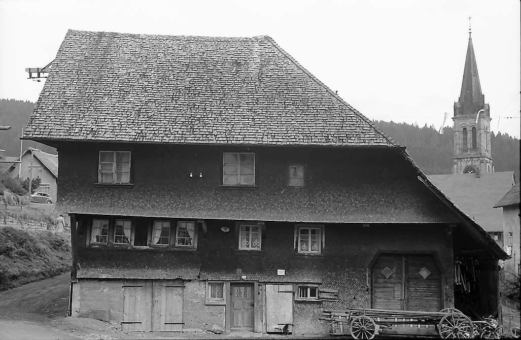 Altes Giebelhaus und Kirchturm in Vöhrenbach, Bild 1