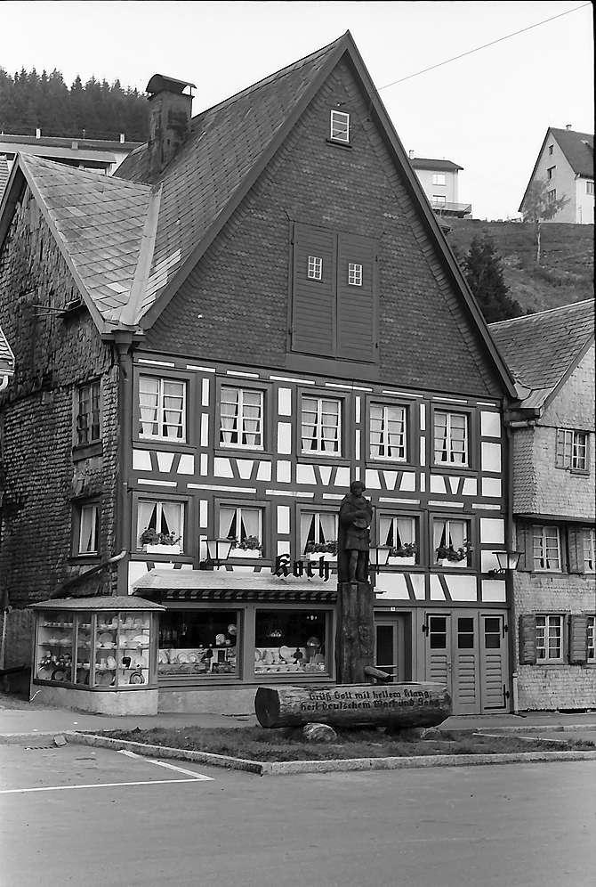 Fachwerkhaus und Brunnen in Furtwangen, Bild 1