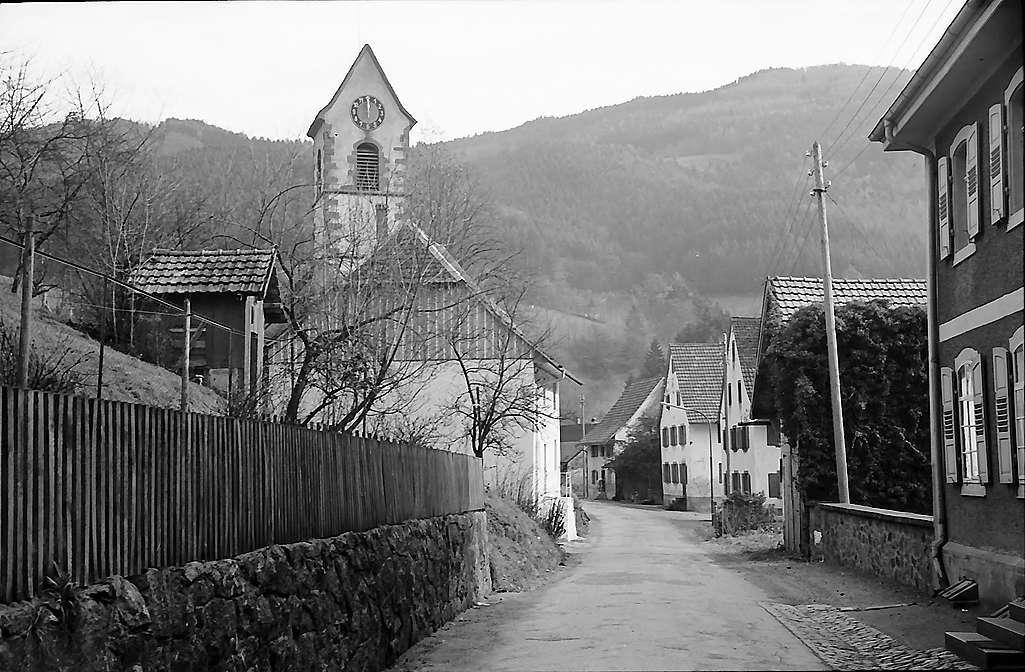 Dorfstraße mit Kirche von Tegernau, Bild 1