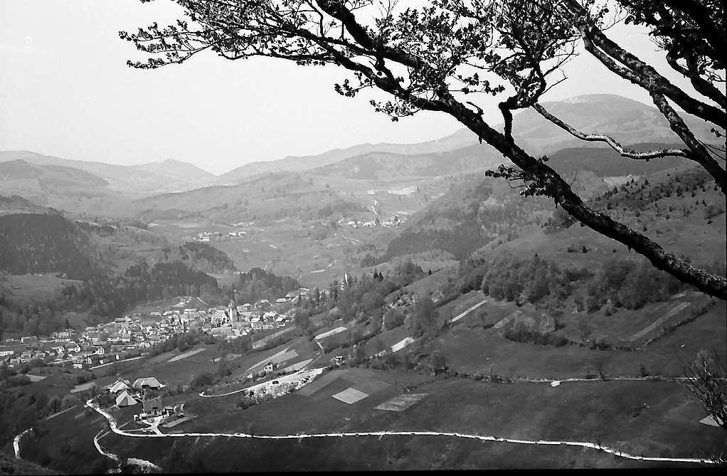 Hochtal mit dem Dorf Tunau mit Blick ins Wiesental und auf den Belchen, Bild 1