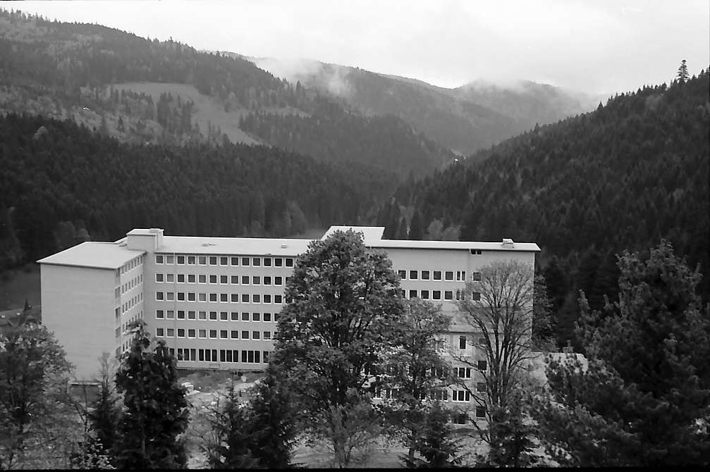 Blick auf die Neubauten des Sanatoriums Wehrawald in Todtmoos, Bild 1